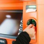 Das Abheben von Geld an ATMs kostet oft Gebühren