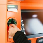 Geld abheben am Automaten in Thailand